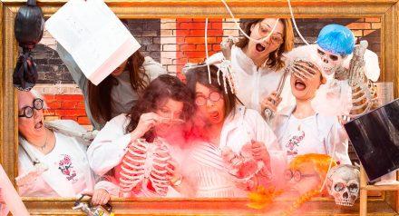Un groupe de chimiste décide de réaliser quelques expérience pendant leur idée enterrement vie de jeune fille à Lyon à Lyon. Elles se préparent et s'habillent avec des blouse d'infirmière et ont même apporté tous les accessoires nécessaire pour la mariée. Mise en scène photographique sur décor dans un studio photo de Lyon idéol pour de groupe d'amies. Une séance photo fun et décalée en groupe jusqu'à 25 personnes dans le centre ville.