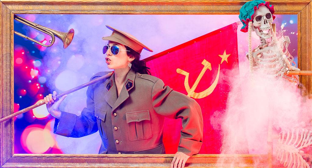 EVJF toulouse. Idée d'activité EVJF à Toulouse. La mariée se déguise en uniforme de l'armée russe et brandit le drapeau rouge de l'URSS afin de débuter un weekend de folie avec ses copines