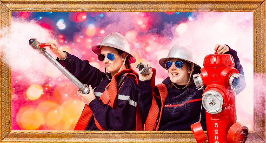 Deux femmes se déguisent en pompier pour se soumettre à une série de gages qu'elles doivent réaliser pendant l'EVJF de la mariée. Elles lui ont organisé une idée d'activité originale et décalée pour un weekend entre copines. Une séance shooting photo fun et insolite afin de poursuivre l'histoire de l'origine de l'EVJF dan un de nos studios photo de Lyon ou Toulouse