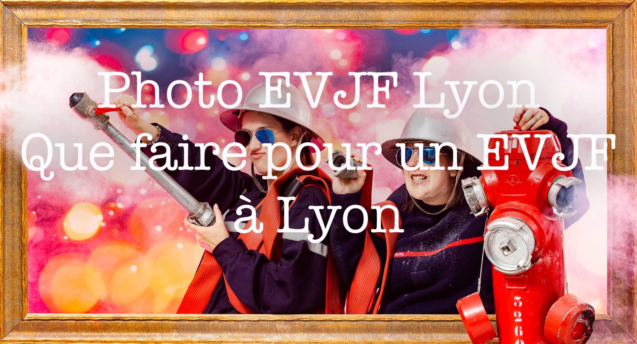 Photo EVJF Lyon | Deux copines déguisées en tenue de pompier tente de calmer la mariée lors de son enterrement de vie de jeune fille | réalisée sur décor