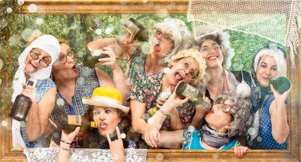Plusieurs femmes se réunissent pour fêter l'idée enterrement vie de jeune fille à Lyon de leur copine déguisées en mamie. Elles en profitent pour boire un verre ou deux dans un décor de studio photo. Mise en scène photographique sur décor dans un studio photo de Lyon idéol pour de groupe d'amies. Une séance photo fun et décalée en groupe jusqu'à 25 personnes dans le centre ville.