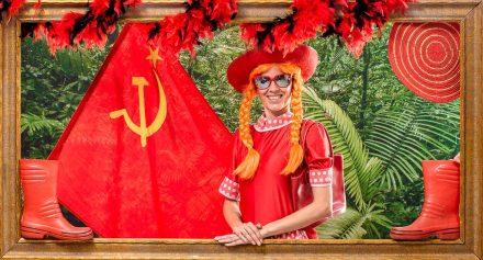 Une superbe femme russe qui réalise sont idée d'activité d'EVJF sur l'un des décor et déguisement du studio photo. Mise en scène photographique sur décor dans un studio photo de Lyon idéol pour de groupe d'amies. Une séance photo fun et décalée en groupe jusqu'à 25 personnes dans le centre ville.