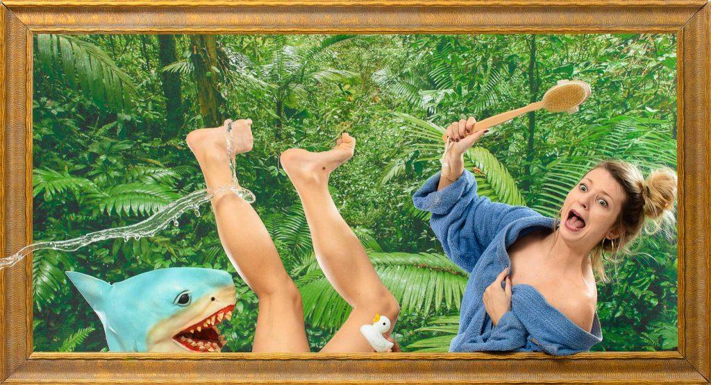 Une femme dans sa baignoire à peur de se faire manger par un requin pendant l'EVJF de son amie. Elles lui ont organisé une idée d'activité originale et décalée pour un weekend entre copines. Une séance shooting photo fun et insolite afin de poursuivre l'histoire de l'origine de l'EVJF dan un de nos studios photo de Lyon ou Toulouse