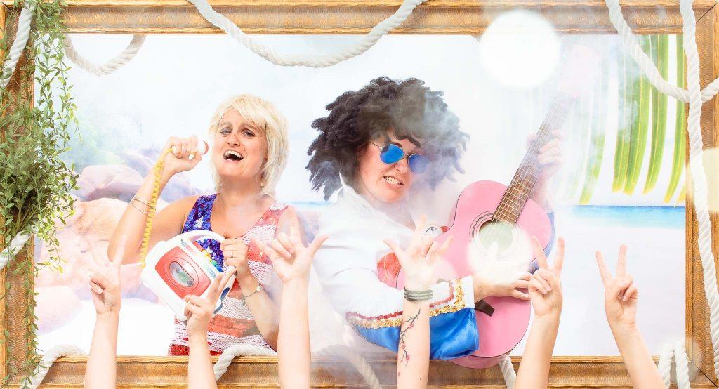 Avis des participants séances shooting Enterrement Vie Fille | Joie – Surprise – Fun – Chanter -  Lunette - Guitare |