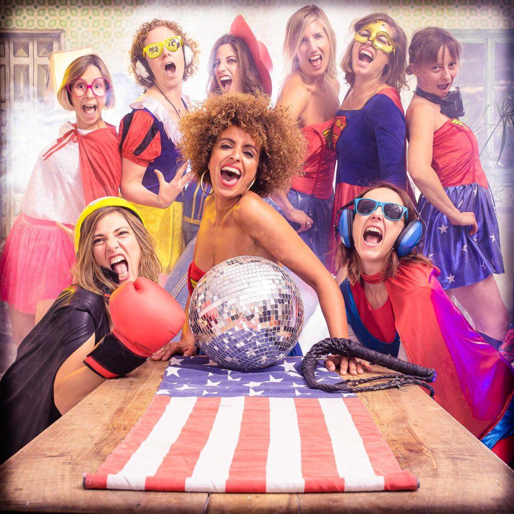 Un groupe de jeunes femmes se déguisent en reine du disco pour mettre la fièvre à la leur copine la mariée lors de son enterrement de vie de jeune fille dans un studio photo professionnel de Lyon