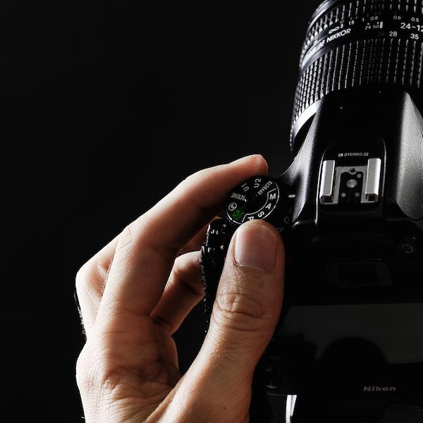 Formation professionnelle photographie, appareil photo, faire financer une formation dans un organisme de préparation aux métiers de l'audiovisuel, cliquer, main, doigt, boitier appareil photo numérique nikon