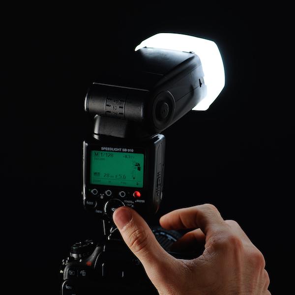 Stage photo, appareil photo, financement de formation, cliquer, main, doigt, boitier appareil photo numérique en studio avec un flash cobra