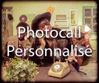 Photocall sur décors originaux pour soirée de fin d'année et séminaires d'entreprises | 3 collègues téléphonent pour réserver l'animation de soirée | Téléphone, chapeau, fourure, lunette de soleil