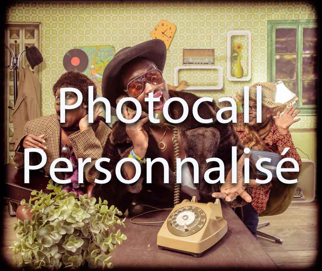 Photocall avec décor et mise en scène pour tous vos événements soirées et séminaires d'entreprises | 3 collègues téléphonent pour réserver l'animation de soirée | Téléphone, chapeau, fourure, lunette de soleil