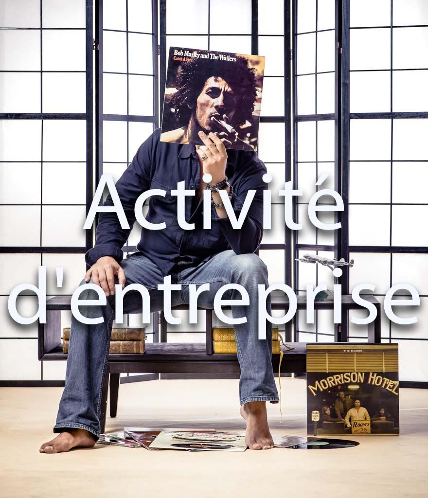 idée animation pour entreprise Photocall sur décors originaux pour tous vos événements soirées et séminaires d'entreprises | Portrait d'un homme avec disque vynil | Morrisson Hotel, Bob Marley and the wailers