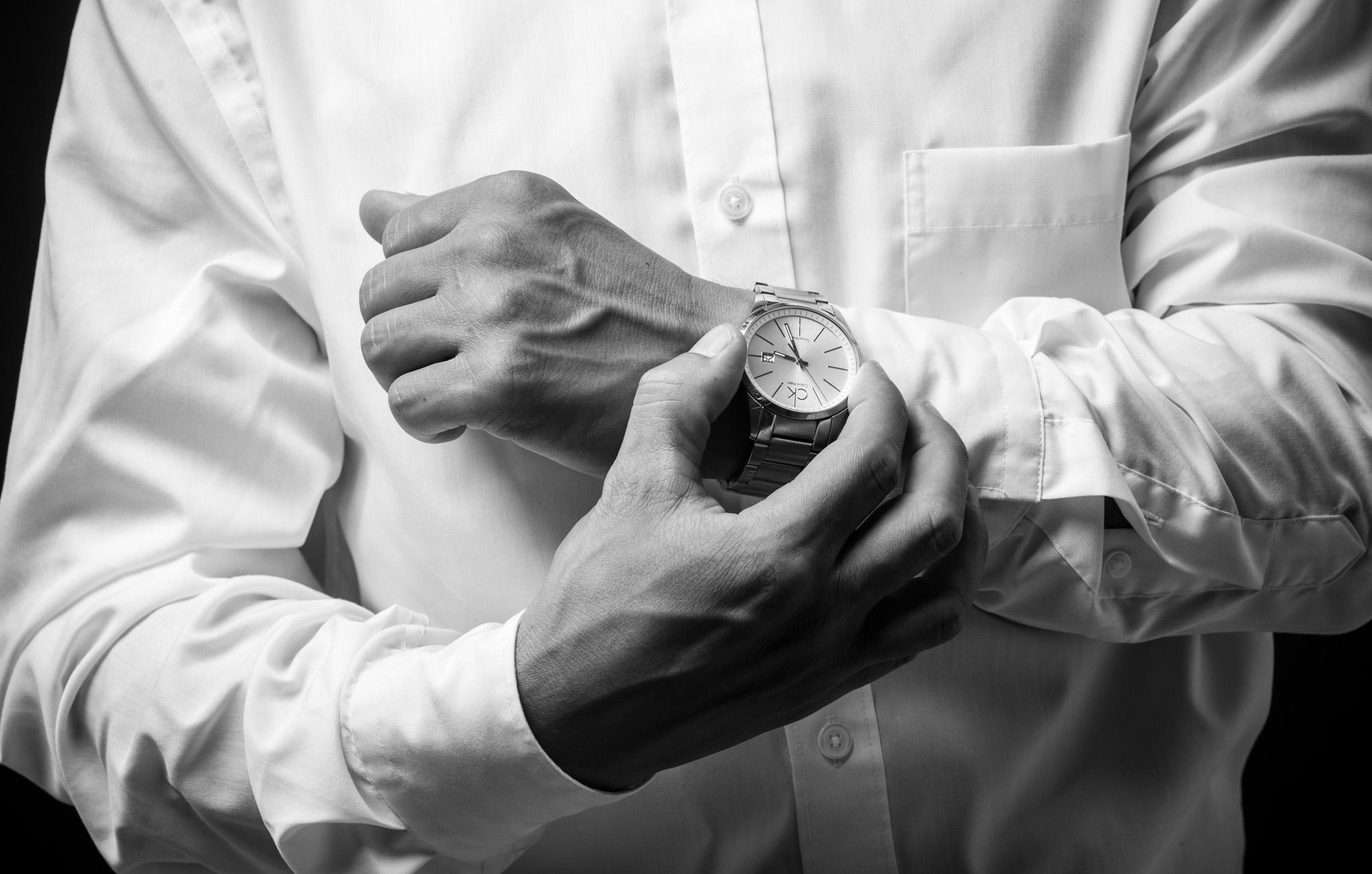 séance photo corporate, entreprise, chemise, montre, noir et blanc, mains, lumière