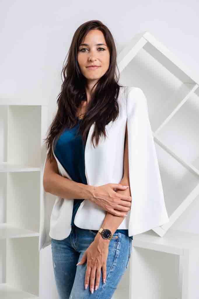 photos pro en entreprise, photo professionnelle, femme, sourire, costume, blanc