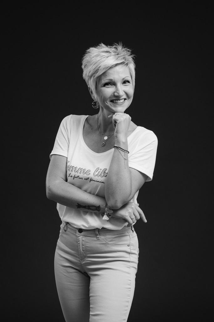 portrait pro pour site internet, femme, sourire, noir et blanc, lumière