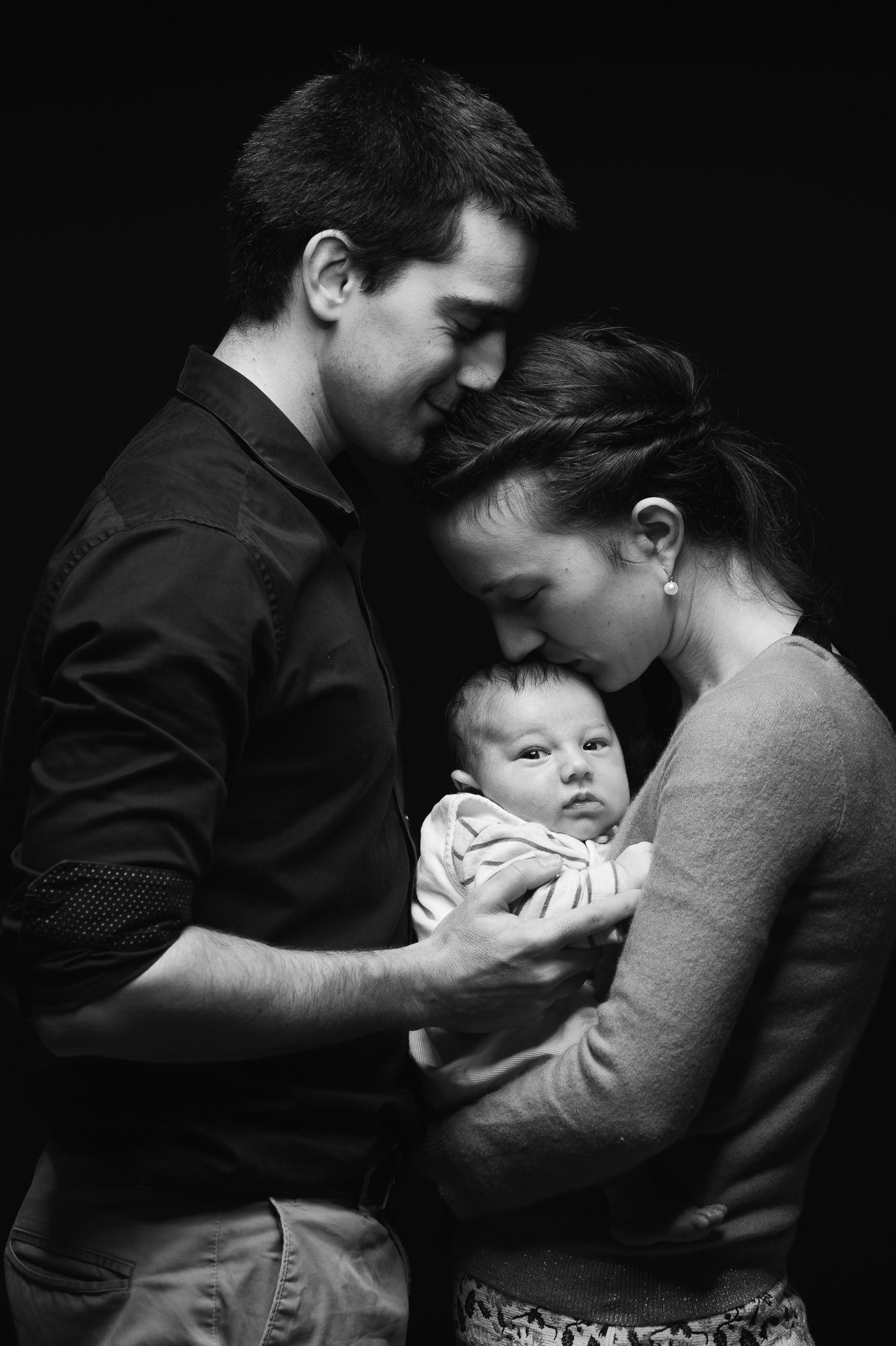 photographe toulouse, noir et blanc, bebe, bébé, famille, famille avec bébé, couple heureux, photo en noir et blanc, studio photo, photographie, seance photo bébé à toulouse, professionnel de la photographie