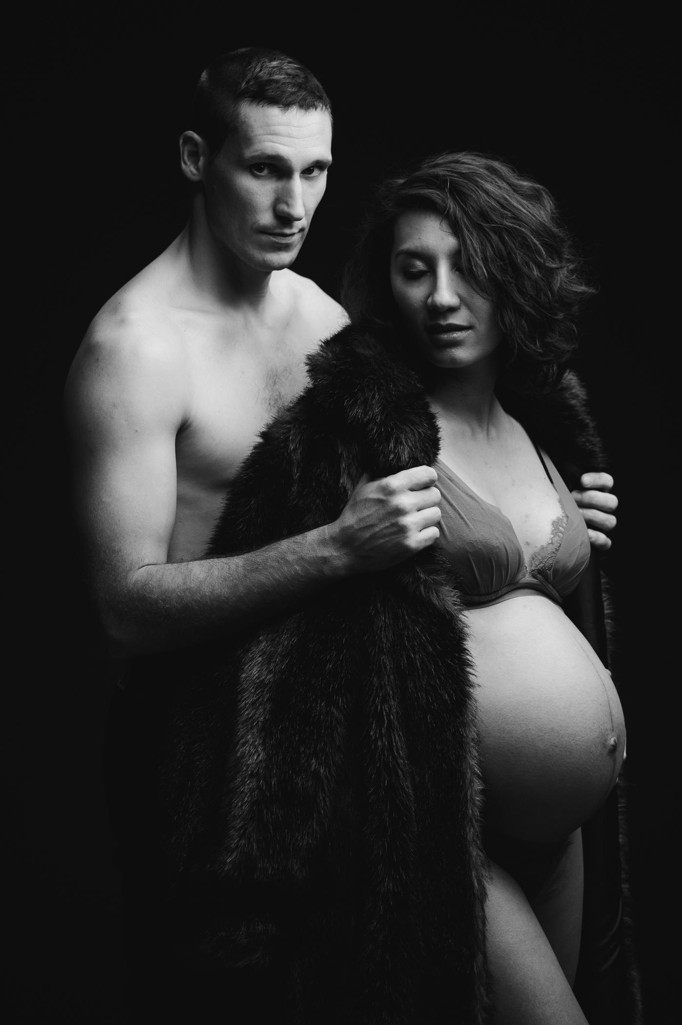noir et blanc, photo de grossesse, couple, amoureux, enfant à venir, ventre, enceinte, femme enceinte, photo de femme enceinte, couple, clair obscur, fond noir, photographe grossesse toulouse