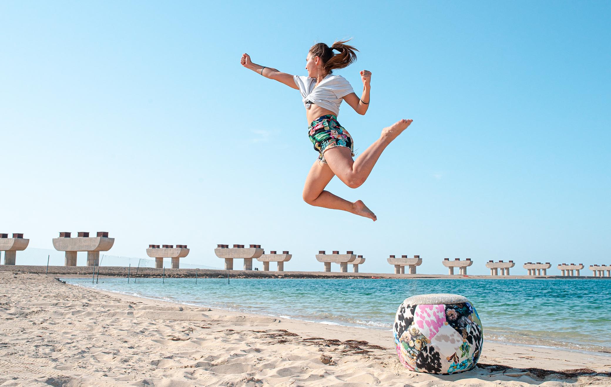 plage, eau, femme, saut, ciel, bleu, mouvement