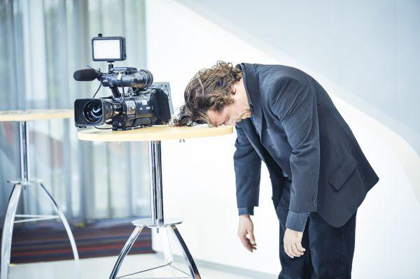 photo pour professionnels, portrait, portrait corporate, corporate, séance pro, professionnel, costume, caméra, prestation pro, photo pro, homme, reportage entreprise, reportage, table, entreprise