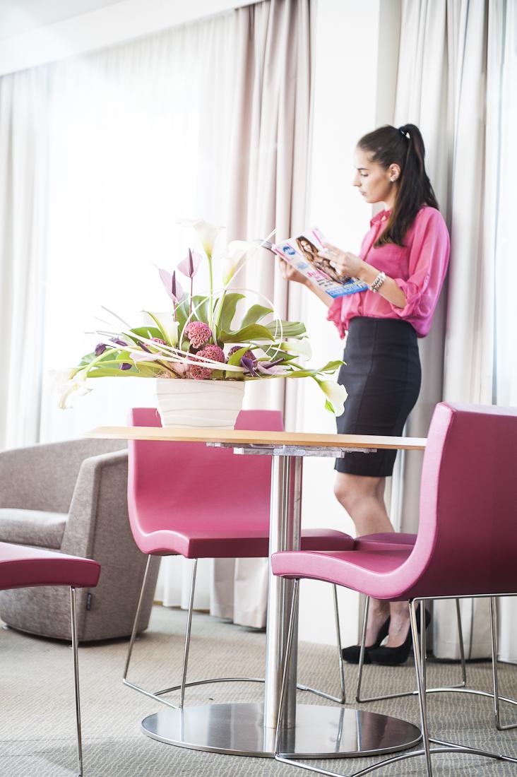 reportage en entreprise, femme, bureau, blanc, rose, chaise, table
