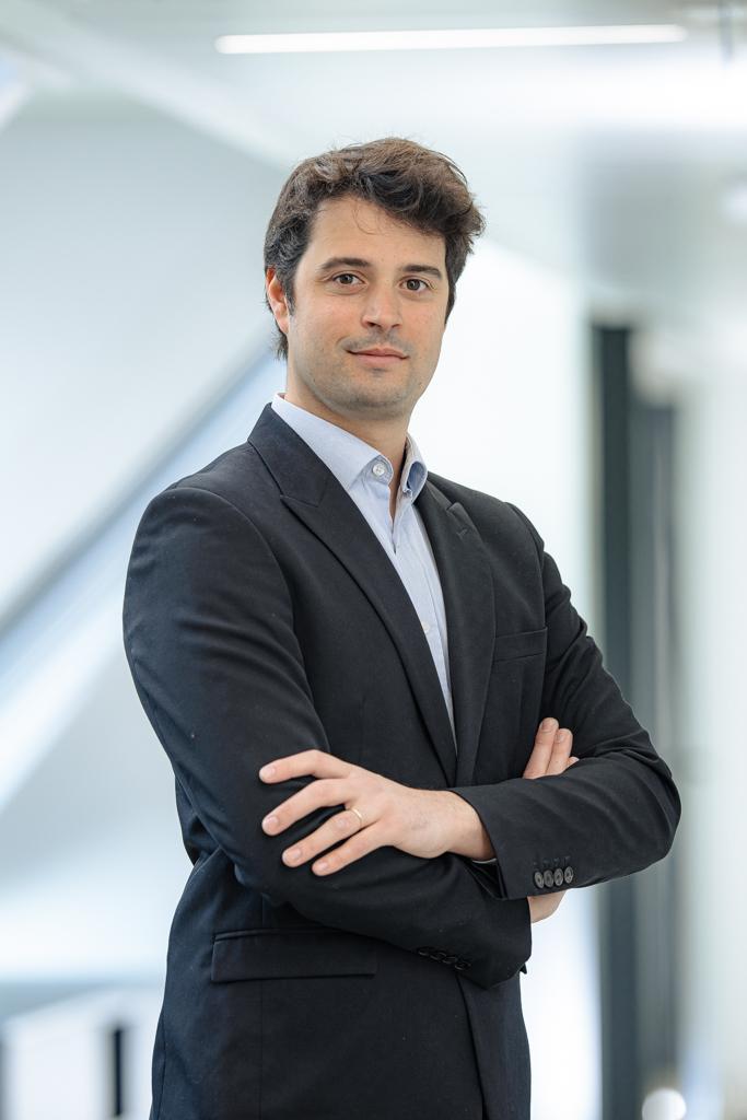 photos pro en entreprise, portrait in situ, homme, bureau, séance corporate