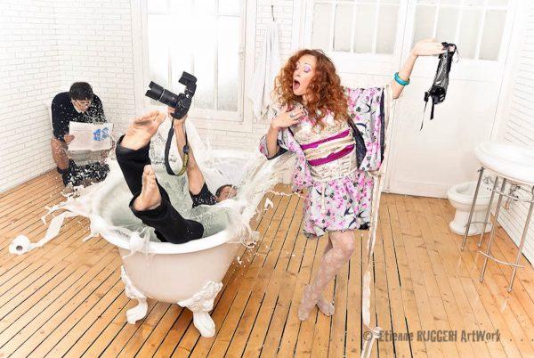 photo pour professionnels, personnes, baignoire, appareil photo, eau, plancher, homme, femme, prestation pro, wc, séance photo, humour